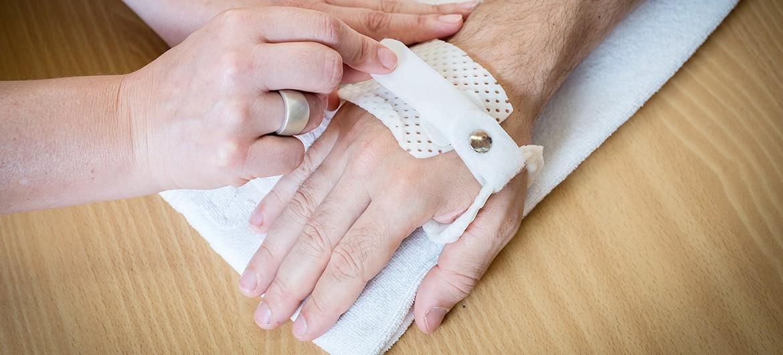 Ergotherapie Hand mit Schiene